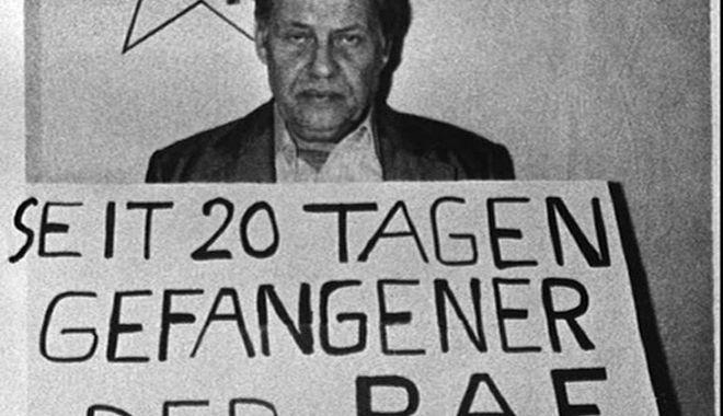 ** ARCHIV ** Ein Archivbild vom 28. September 1977 zeigt ein Foto des durch die RAF entfuehrten Arbeitgeberpraesidenten Hanns-Martin Schleyer, das von der franzoesischen Zeitschrft