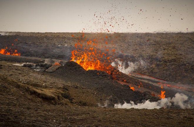 Τόνοι λάβας εκτοξεύονται από ηφαίστειο στην Ισλανδία