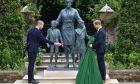 Ο πρίγκιπας Γουίλιαμ και ο πρίγκιπας Χάρι στα αποκαλυπτήρια του αγάλματος για την μητέρα τους, Πριγκίπισσα Ντιάνα, για τα 60α γενέθλιά της, στο Sunken Garden στο Kensington Palace, Λονδίνο, 1 Ιουλίου 2021.