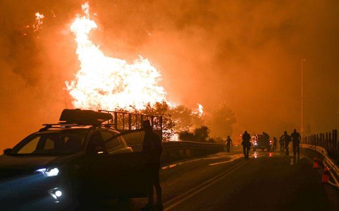 Καίγεται η Πάρνηθα από Κατσιμίδι έως Αφίδνες - Κόλαση και σε Εύβοια και Ηλεία