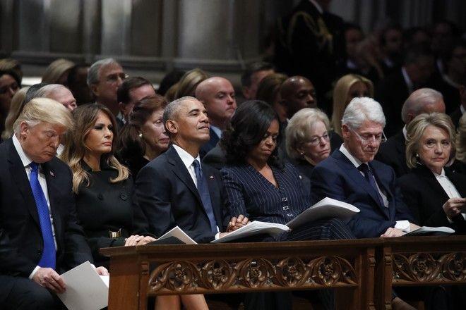 Οι Ντόναλντ Τραμπ και Μελάνια Τραμπ, Μπαράκ και Μισέλ Ομπάμα, Μπιλ και Χίλαρι Κλίντον στην κηδεία του Τζορτζ Μπους