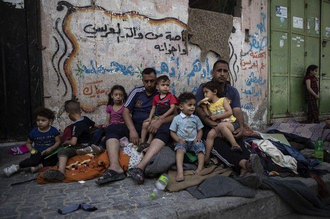Οικογένεια Παλαιστίνιων που έχασε το σπίτι της έπειτα από βομβαρδισμούς