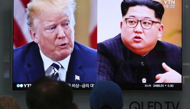 Ο Ντόναλντ Τραμπ και ο Κιμ Γιονγκ Ουν σε τηλεοπτικούς δέκτες της Ν. Κορέας