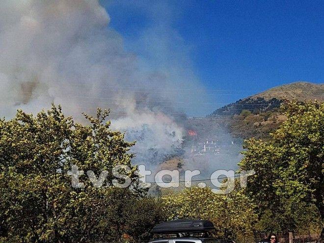 Μεγάλη φωτιά στο Καρπενήσι: Απειλούνται σπίτια και ξενοδοχεία