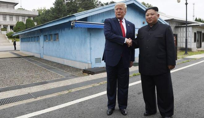 Η χειραψία Τραμπ - Κιμ στα σύνορα ανάμεσα στη Νότια και τη Βόρεια Κορέα