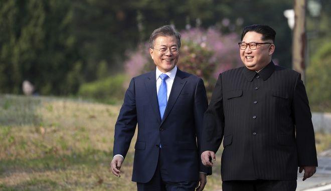 Ο προέδρος της Νότιας Κορέας Μουν Τζε-ιν και ο ηγέτης της Βόρειας Κορέας Κιμ Γιονγκ Ουν