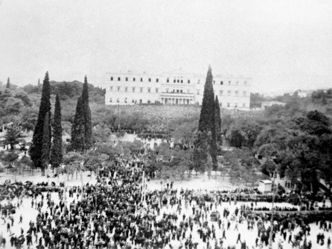 Πρόσφυγες μετά τη Μικρασιατική καταστροφή έξω από τη Βουλή στην Αθήνα, 1922