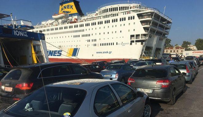 Γεμάτα αναχωρούν τα πλοία με τους αδειούχους του Αυγούστου