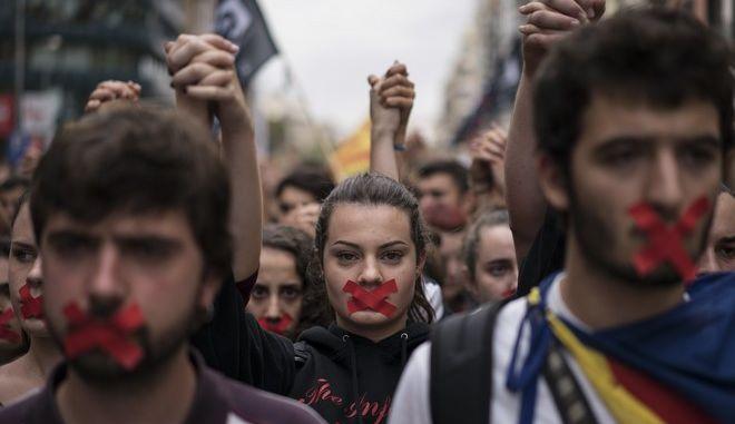 Καταλονία: Η διακήρυξη ανεξαρτησίας που υπεγράφη, αλλά μπήκε 'στον πάγο'