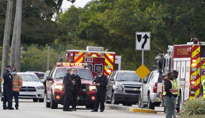 Αστυνομικοί έξω από το σημείο ανταλλαγής πυροβολισμών το πρωί της 2/2 στο Sunrise της Φλόριντα