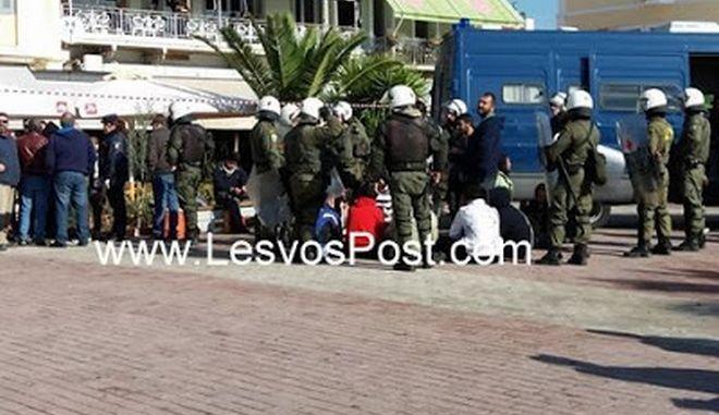 Σκηνικό έντασης με μετανάστες για δεύτερη μέρα στη Μυτιλήνη