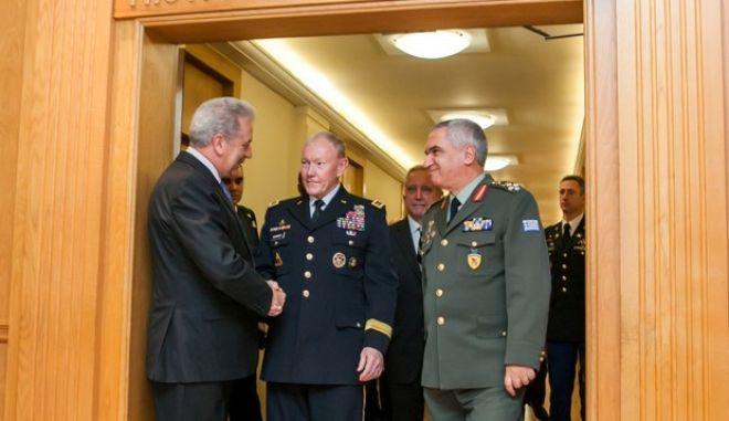 Ο Υπουργός Εθνικής Άμυνας Δημήτρης Αβραμόπουλος δέχθηκε σήμερα στο Υπουργείο Εθνικής Άμυνας, τον Αρχηγό Ενόπλων Δυνάμεων των ΗΠΑ Στρατηγό Μartin E. Dempsey, ο οποίος πραγματοποιεί επίσημη επίσκεψη στη χώρα μας, έπειτα από πρόσκληση του Αρχηγού ΓΕΕΘΑ Στρατηγού Μιχαήλ Κωσταράκου.