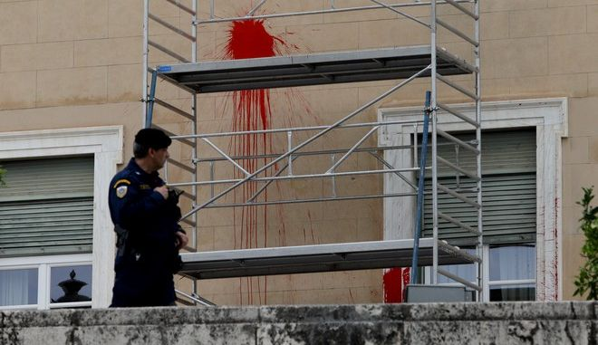 """Καθαρισμός του κτιρίου της Βουλής μετά την επίθεση με μπογιές από τον """"¨Ρουβίκωνα"""""""