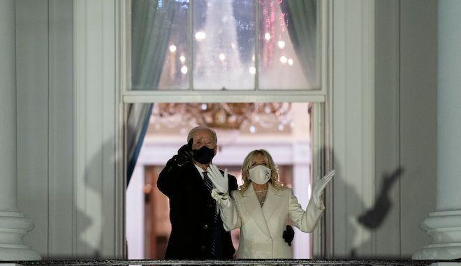 Ο Πρόεδρος Τζο Μπάιντεν και η πρώτη κυρία Τζιλ Μπάιντεν παρακολουθούν τα πυροτεχνήματα, κατά την πρώτη μέρα διαμονής τους στον Λευκό Οίκο, 20 Ιανουαρίου 2021