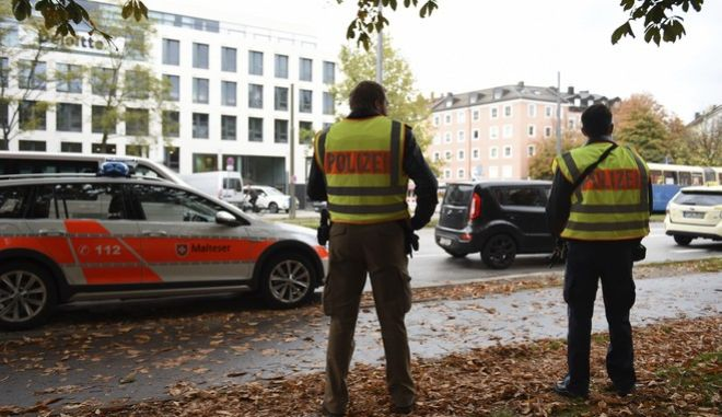 Police secure the area at Rosenheimer Platz square in Munich, Germany, Saturday, Oct. 21, 2017. Police say a man with a knife has lightly wounded several  people in Munich. Officers are looking for the assailant. Munich police called on people in the Rosenheimer Platz  square area, located close to the German city's downtown, to stay inside after the incident on Saturday morning. (Andreas Gebert/dpa via AP)