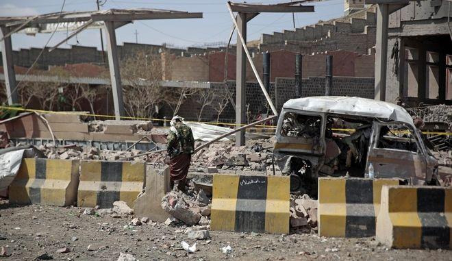 Βομβαρδισμένο τοπίο στην Υεμένη, Αρχείο