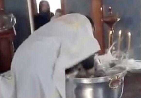 Ρωσία: Ιερέας κακοποιεί κοριτσάκι την ώρα της βάπτισης