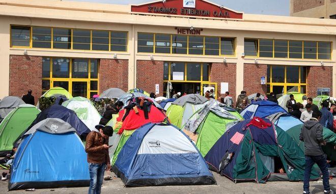 Πρόσφυγες στο λιμάνι του Πειραιά την Παρασκευή 18 Μαρτίου 2016. (EUROKINISSI/ΑΛΕΞΑΝΔΡΟΣ ΖΩΝΤΑΝΟΣ)