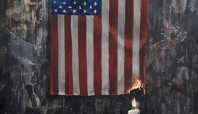 """Δολοφονία Φλόιντ: Ο Banksy """"βάζει φωτιά"""" στην αμερικάνικη σημαία και ανάβει ένα κερί"""