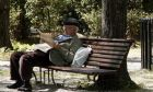 Συνταξιούχος διαβάζει την εφημερίδα του σε παγκάκι πάρκου των Αθηνών.Το νέο ασφαλιστικό νομοσχέδιο είναι προ των πυλών και οι συντάξεις και δώρα θα μειωθούν σημαντικά (EUROKINISSI / ΧΑΣΙΑΛΗΣ ΒΑΪΟΣ)