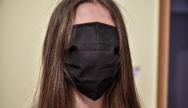 Μεγάλου μεγέθους μάσκες μοιράστηκαν σε μαθητές.)