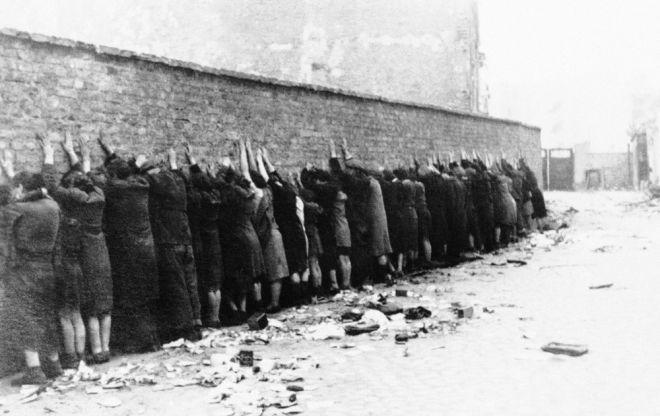 Εβραίοι κρατούμενοι των ναζί στη Βαρσοβία την άνοιξη του 1943