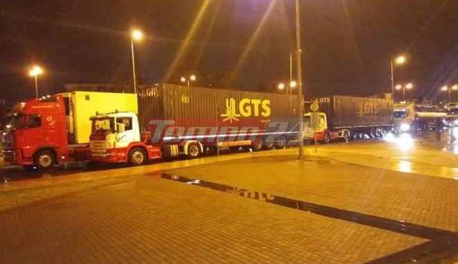 Ένταση στο λιμάνι της Πάτρας Μετανάστες επιχειρούν να μπουν σε νταλίκες