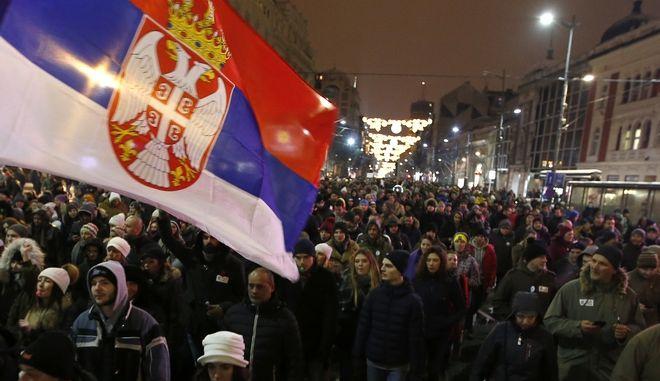 Διαδηλωτές κατά του Σέρβου προέδρου Αλεξάνταρ Βούτσιτς στο Βελιγράδι