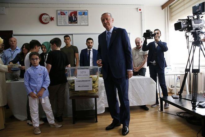 Στις δηλώσεις του στους δημοσιογράφους, ο Ερντογάν έκανε λόγο για δημοκρατική επανάσταση στην Τουρκία με τις σημερινές εκλογές