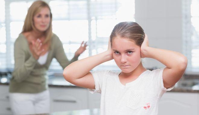 Μαμά τσακώνεται με την κόρη της