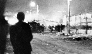 Η φωτογραφία ντοκουμέντο του Αριστοτέλη Σαρρηκώστα το βράδυ της εισβολής του τανκ στο Πολυτεχνείο