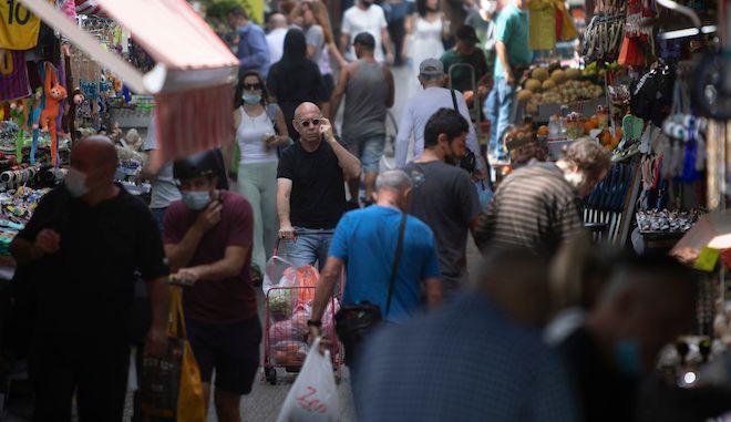 Πολίτες περπατούν σε αγορά του Τελ Αβίβ, 18 Απριλίου 2021