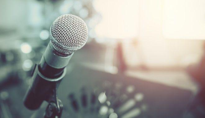 Μικρόφωνο τραγουδιστή (φωτογραφία αρχείου)
