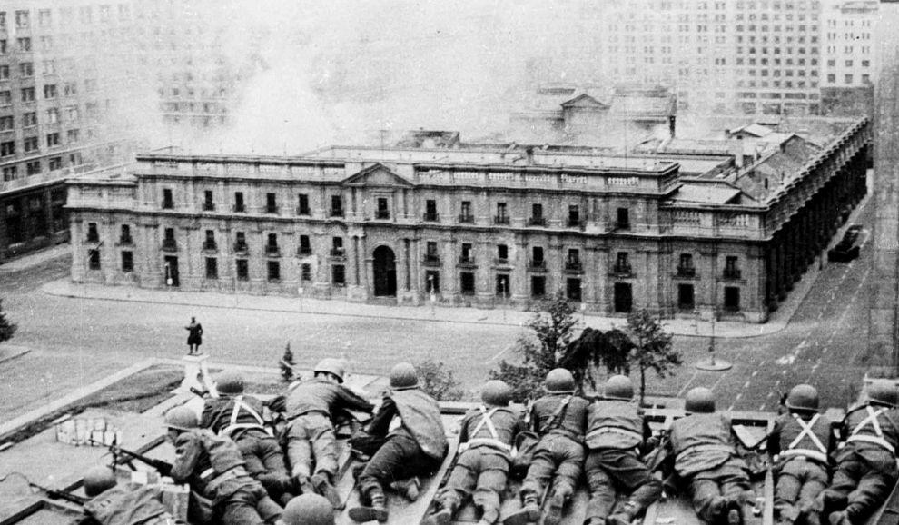 Στρατιώτες του Πινοσέτ σε ταράτσα κτιρίου απέναντι από την