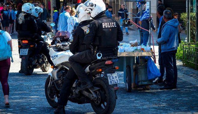 Αστυνομικός της ομάδας ΔΙΑΣ στον πεζόδρομο της Διονυσίου Αρεοπαγίτου