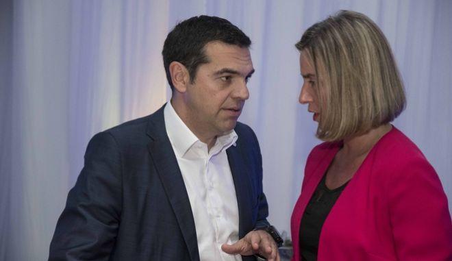 Ο πρωθυπουργός Αλέξης Τσίπρας και η Φεντερίκα Μογκερίνι, ύπατη εκπρόσωπος της ΕΕ για την ασφάλεια και την εξωτερική πολιτική
