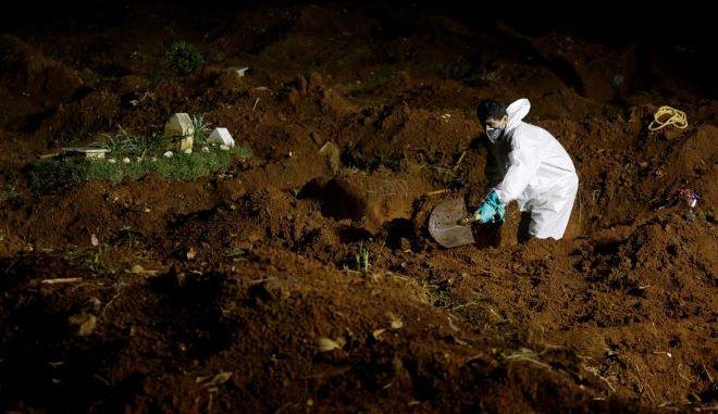 Ένας εργαζόμενος στο νεκροταφείο Vila Formosa στο Σάο Πάολο της Βραζιλίας, σκάβει έναν νέο τάφο.
