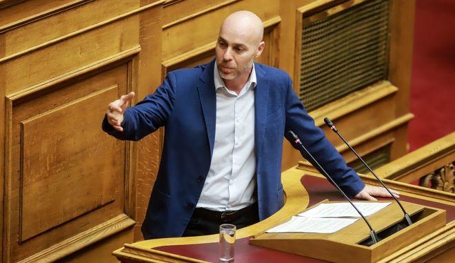 Ο Γιώργος Αμυράς, στο βήμα της Βουλής