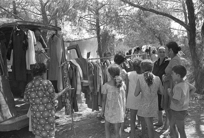 Εληνοκύπριοι πρόσφυγες και τα παιδιά τους σε περιοχή Δεκέλειας