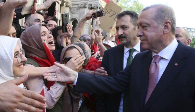Τούρκοι πολίτες που διαμένουν στο Λονδίνο ζητωκραυγάζουν για τον πρόεδρο της χώρας του, ο οποίος πραγματοποιεί επίσημη επίσκεψη στο Ηνωμένο Βασίλειο
