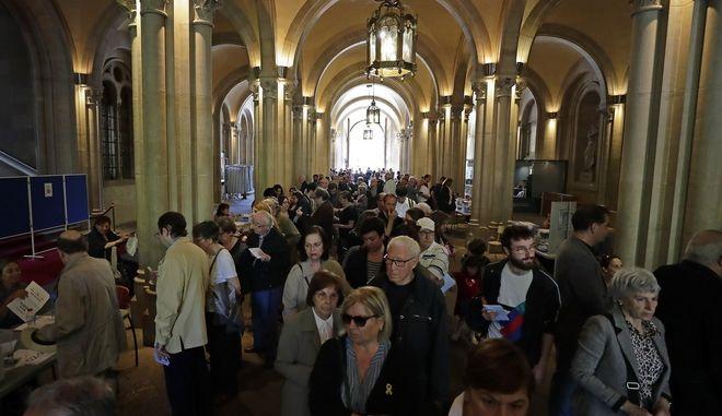 Στιγμιότυπο από εκλογικό κέντρο στη Βαρκελώνη