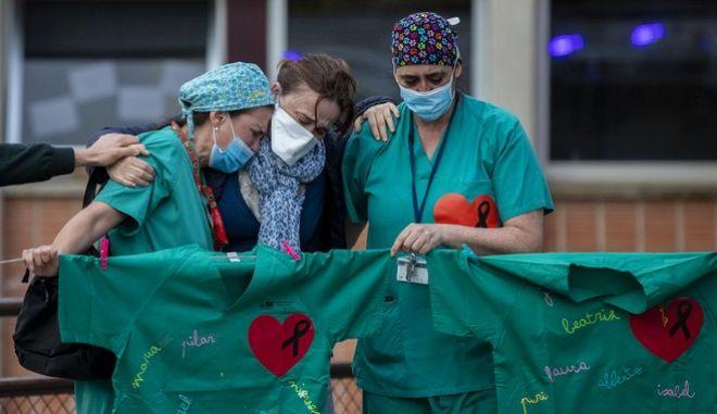 Νοσοκόμες θρηνούν για την απώλεια ανθρώπων από τον κορονοϊό