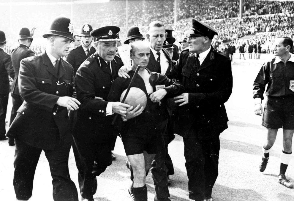 Άγγλοι αστυνομικοί φυγαδεύουν τον διαιτητή Κράιτλαϊν μετά τη λήξη του αγώνα μεταξύ της Αργεντινής και της Αγγλίας (23/7/1966).