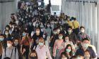 Κόσμος με μάσκες εν καιρώ πανδημίας