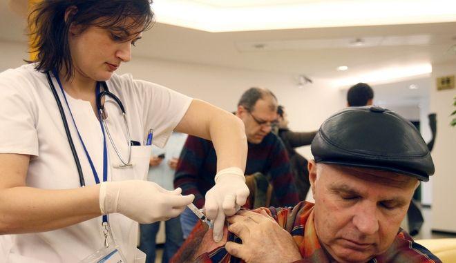 Γιατρός του ινστιτούτου για μολυσματικές ασθένειες εγχέει εμβόλιο κατά της γρίπης των χοίρων στο Βουκουρέστι της Ρουμανίας