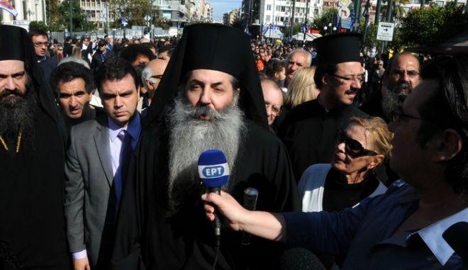 Διαμαρτυρίες πραγματοποιήθηκαν στην παρέλαση για τον εορτασμό της επετείου της 28ης Οκτωβρίου στον Πειραιά, Παρασκευή 28 Οκτωβρίου 2011, με τον κόσμο να φωνάζει συνθήματα ενώ φοιτητές είχαν αναρτήσει πανό απέναντι από την εξέδρα των επισήμων. Ένταση σημειώθηκε για λίγο όταν κάποιοι κινήθηκαν απειλητικά προς τους πολιτικούς που αποχωρούσαν στο τέλος της παρέλασης. (EUROKINISSI // ΔΙΟΝΥΣΗΣ ΠΑΤΕΡΑΚΗΣ)