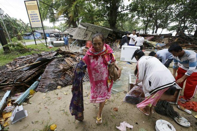 Οι κάτοικοι στην Ινδονησία προσπαθούν να μαζέψουν ότι απέμεινε από το πέρασμα του τσουνάμι