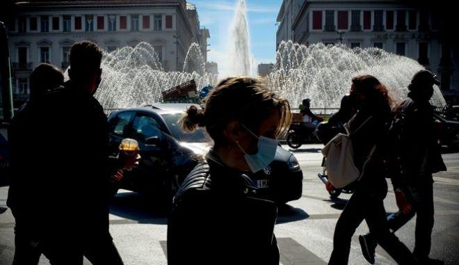 Πολίτες με μάσκες στο κέντρο της Αθήνας