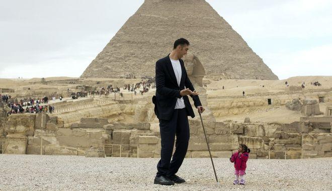 Ο πιο ψηλός άντρας με την πιο κοντή γυναίκα του κόσμου