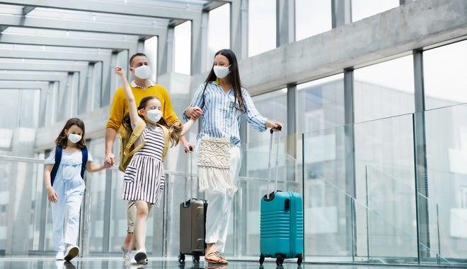 Οικογένεια ταξιδεύει την εποχή της πανδημίας